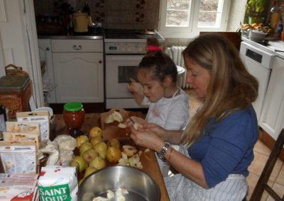 2018-12-22-02-Sienna et Marie-Laurence pelant les poires
