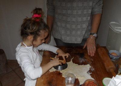 2018-12-22-04-Atelier-rissoles-Sienna découpe la pâte